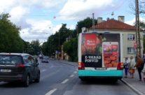 M&M – reklaam ühsitranspordil, kleebis bussi tagaküljel