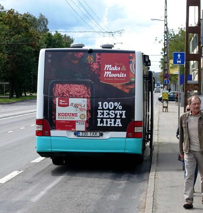 M&M – reklaam ühsitranspordil, kleebis bussi taga