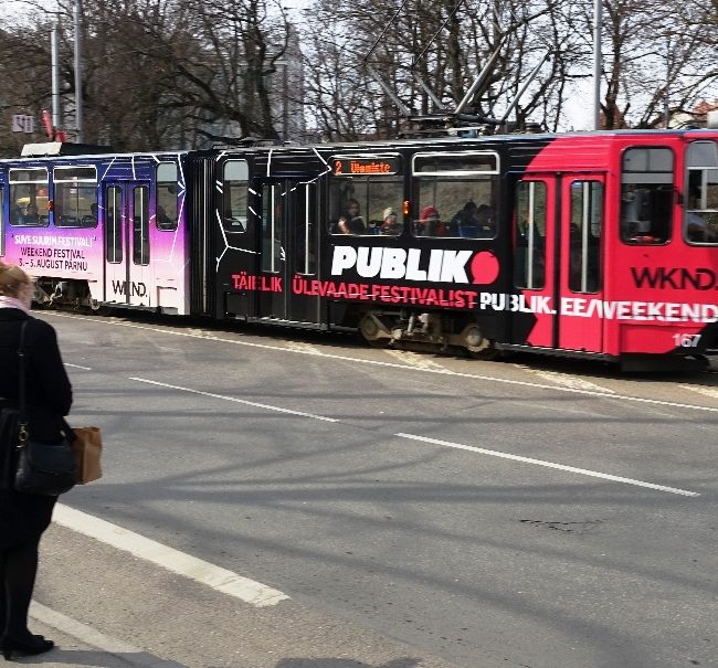 Weekend/Delfi Publik – üleni kleebitud tramm