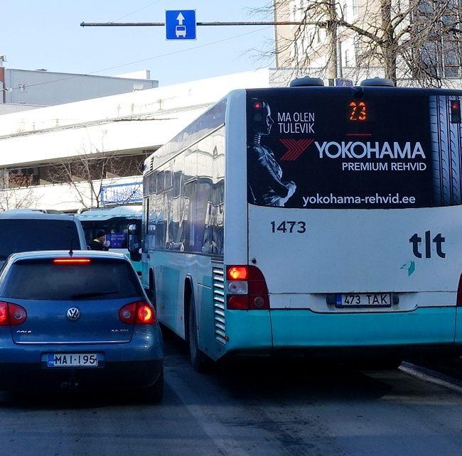 Yokohama rehvid – kleebis bussi tagaküljel