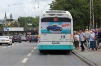 VW Passat – reklaam ühistranspordil, kleebis bussi tagumisel küljel